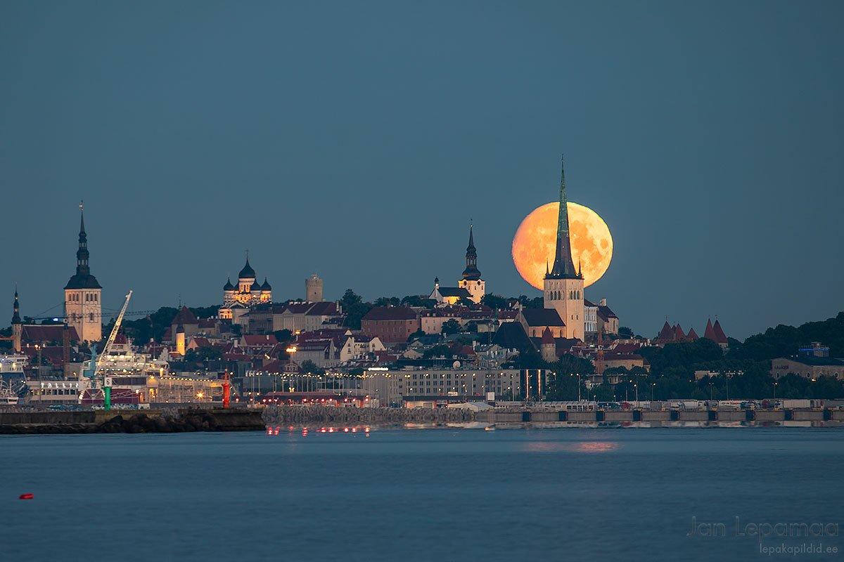 Kuu loojub linna